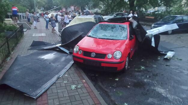 Drzewa runęły na auta i stragan. Zerwało dach z bloku