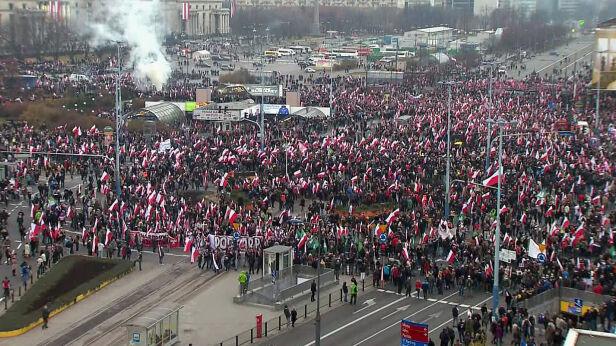 Uczestnicy marszu na rondzie Dmowskiego TVN24