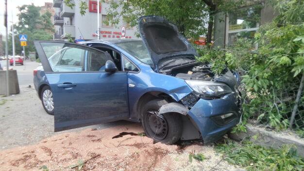 """Auto uderzyło w ogrodzenie. """"To nieoznakowany pojazd służb"""""""
