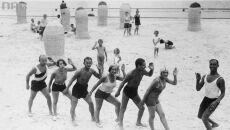 Kąpielisko siarczano-solankowe Truskawiec-Pomiarki. Kuracjusze podczas lekcji tańca na plaży prowadzonej przez Sama z zespołu Kataszka, 1930
