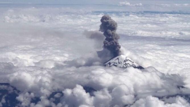 Kłęby dymu nad chmurami. <br />Erupcja wulkanu Popocatepetl