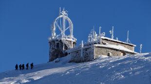 W Tatrach sąsiadują dwie pory roku. Krokusy w Dolinie Chochołowskiej, a na Kasprowym śnieg