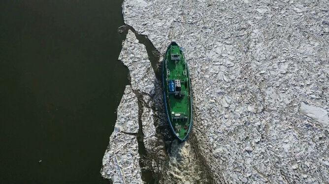 Lodołamacze dotarły do Płocka. Na celowniku czop lodowy ciągnący się do Wyszogrodu